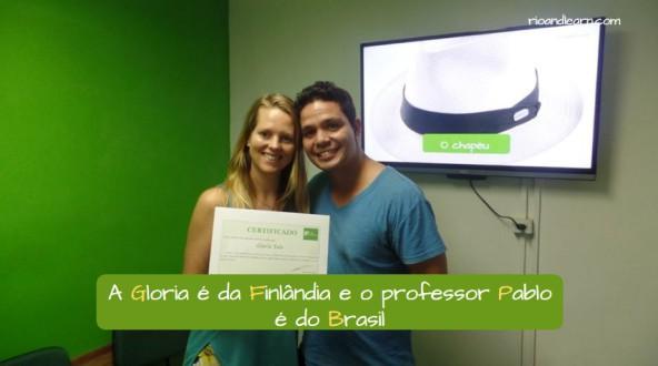 Capital letters in Portuguese. A Gloria é da Finlândia e o professor Pablo é do Brasil.