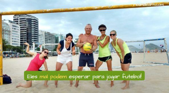 Ejemplo con mal y verbo en portugués: Eles mal podem esperar para jogar futebol!