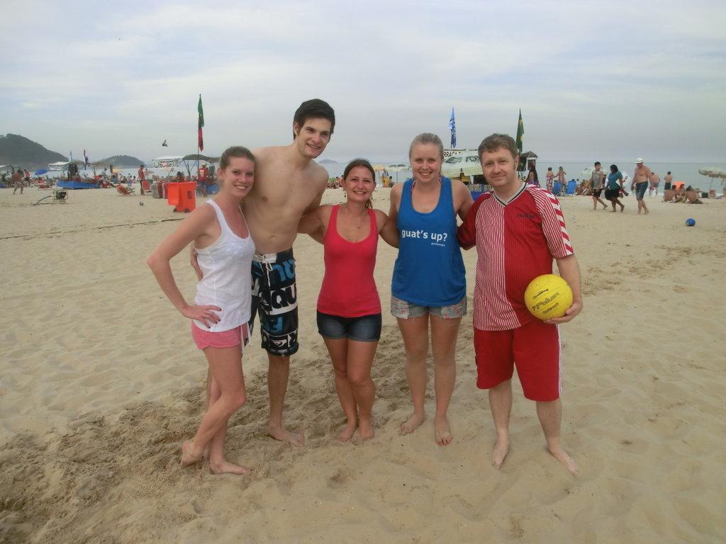 Alunos jogando volley