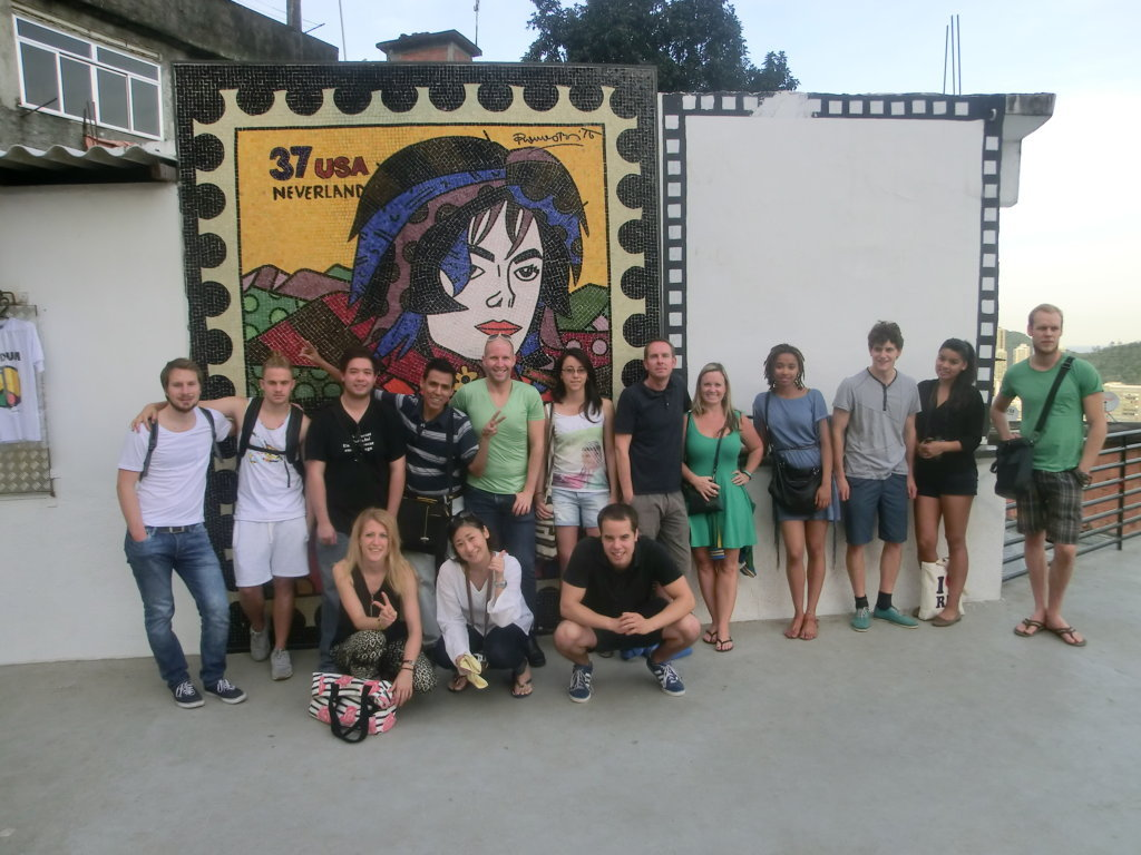 Our students having fun at Dona Marta with the king of pop!