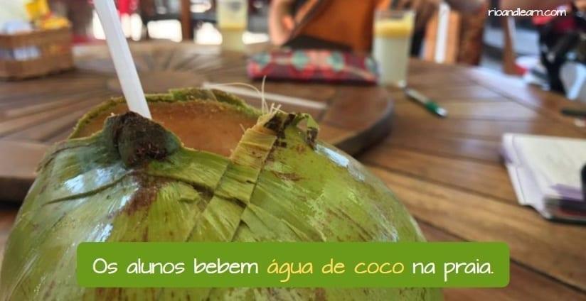 Benefícios da água de coco. Como pedir água de coco. Os alunos bebem água de coco na praia.
