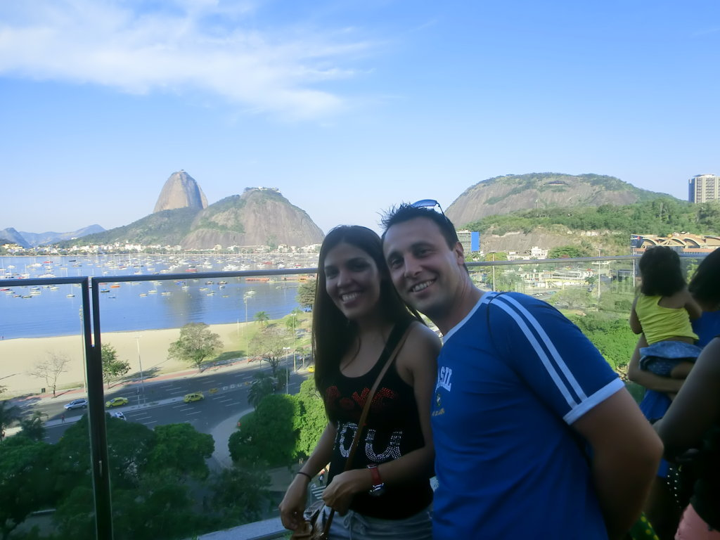 Students and landscape with the sugarloaf. Learn Portuguese and discover Rio de Janeiro with RioLIVE! Activities by Rio & Learn Portuguese School.