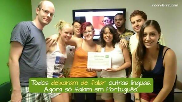 Example using deixar de in Portuguese: Todos deixaram de falar outras línguas. Agora só falam em Português.