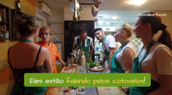 Falar pelos cotovelos em português. Eles estão falando pelos cotovelos!