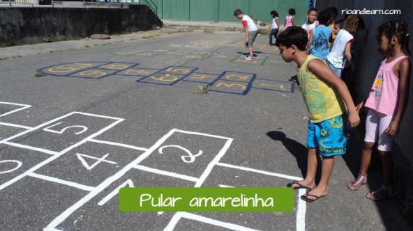 Children's games in Brazil: Pular amarelinha.