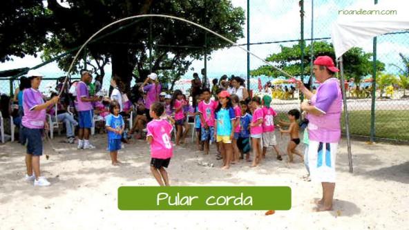 Brincadeiras de crianças brasileiras: Pular corda.