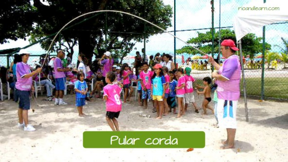 Example of children's games in Brazil: Pular corda.