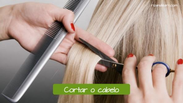 O que fazer em um salão de beleza: Cortar o cabelo.