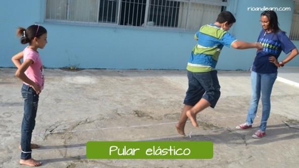 Brincadeiras de crianças no Brasil: Pular elástico.