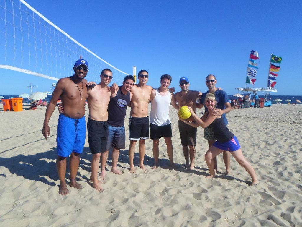 Estudiante de Rio & Learn jugando Volley