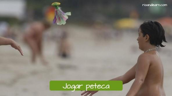 Brincadeiras infantis dos índios brasileiros: Jogar peteca.