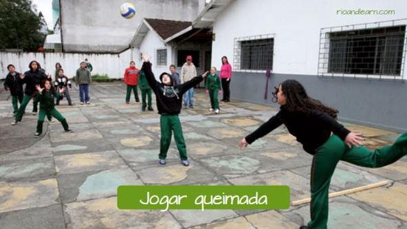 Brincadeiras para crianças brasileiras: Jogar queimada.