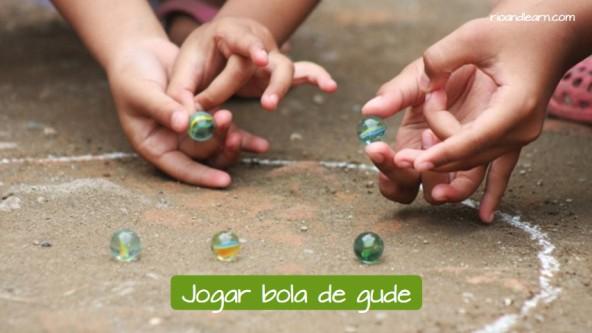 Example of children's games in Brazil: Jogar bola de gude.