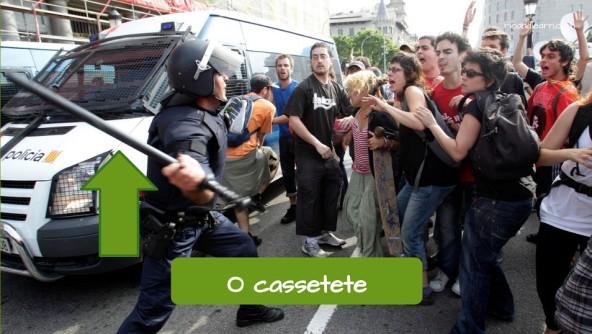 Equipamentos do policial em Português: O cassetete.