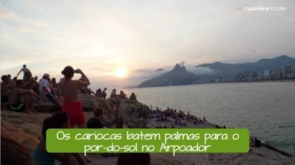 How to be a carioca. Os cariocas batem palma para o pôr do sol no arpoador.