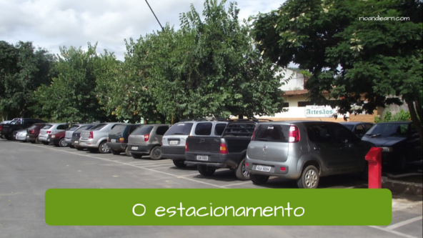 El estacionamiento o parking en portugués: O estacionamento.