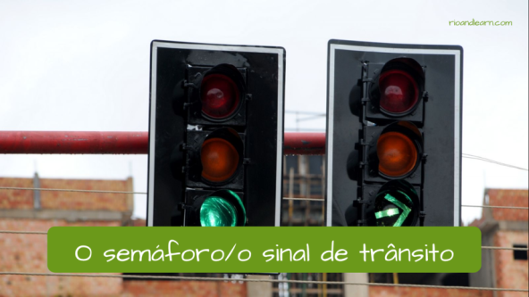 Traffic vocabulary in Portuguese. The light: O semáforo ou sinal de trânsito.
