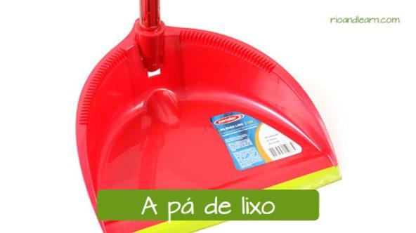 Objetos para limpar em Português: A pá de lixo.