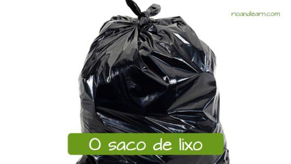 Materiais usados para limpar a casa em português: O saco de lixo.