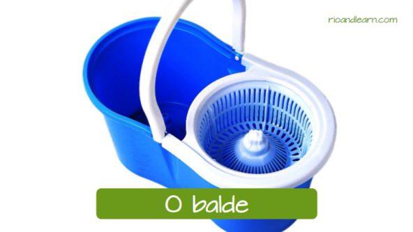 Materiais de limpeza em português: O balde.