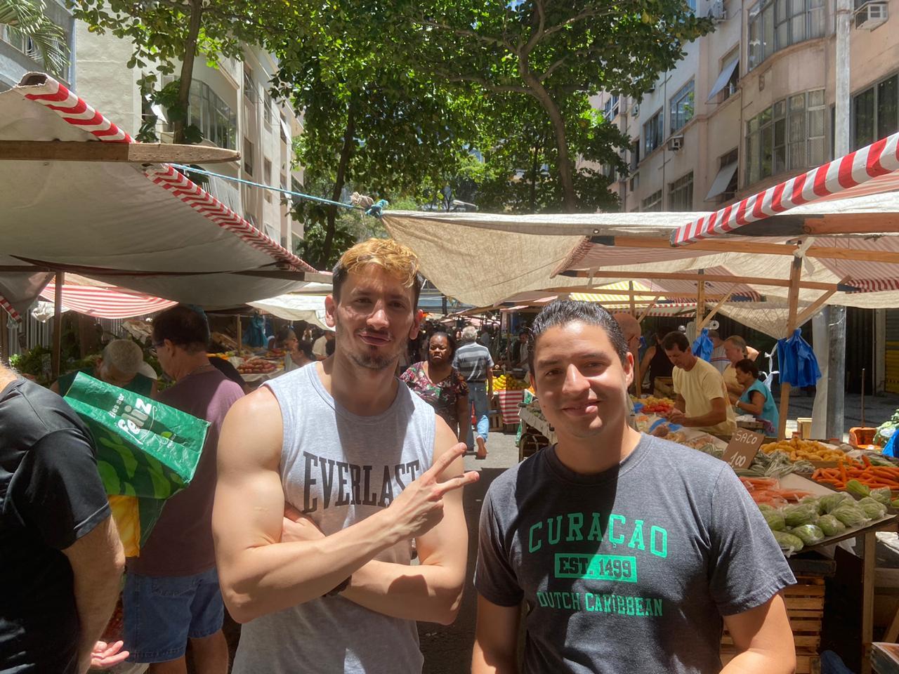 Alumnos de la Rio & Learn en una feria de Frutas y Verduras en Río de Janeiro.