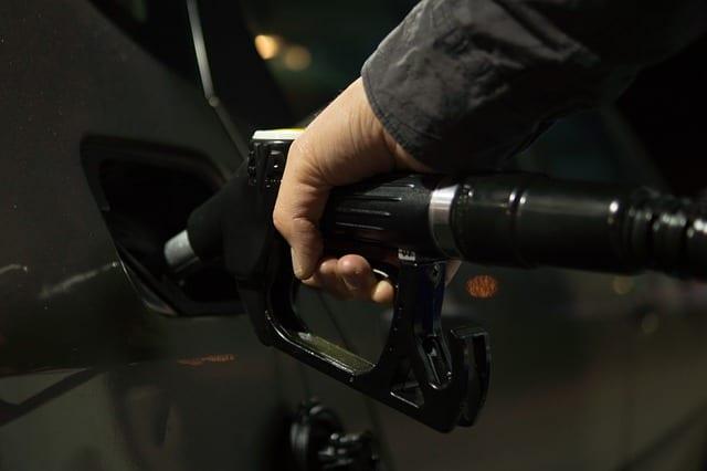 Vocabulário sobre o posto de gasolina em Português: abastecer o carro.