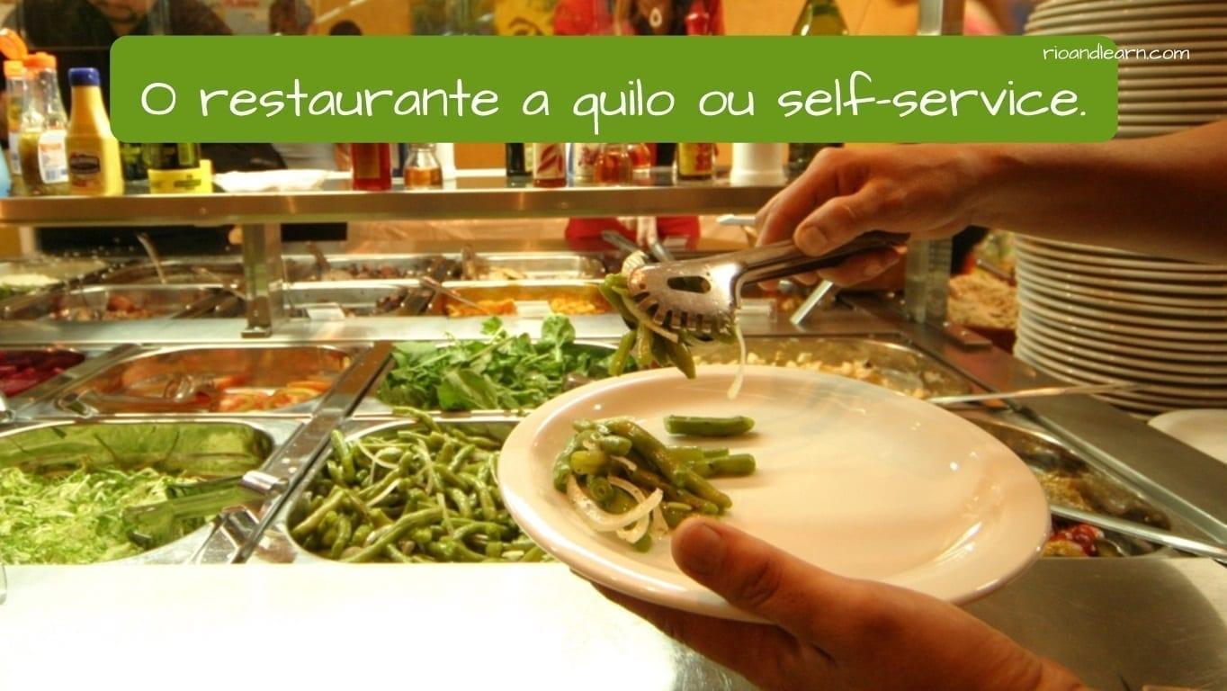 O restaurante a quilo ou self-service en Brasil. (El restaurante a quilo o self-service en Brasil).