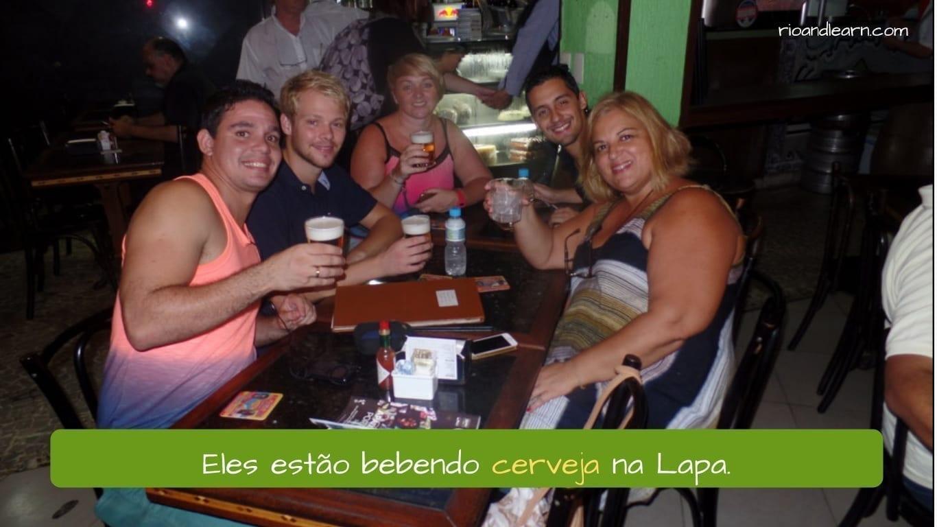 Eles estão bebendo cerveja na Lapa. A Dica do Dia - Learn Portuguese for free