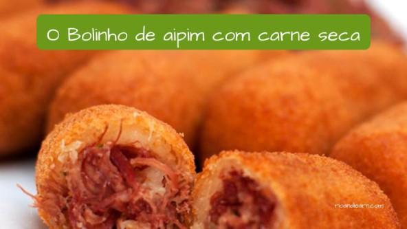 Salgados no Brasil: O bolinho de aipim com carne seca.