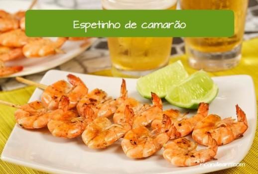 Comidas de praia do Brasil: Espetinho de camarão.