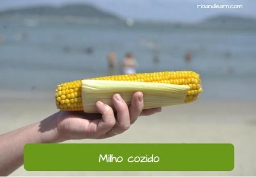 Comidas que vendem na praia: Milho cozido.