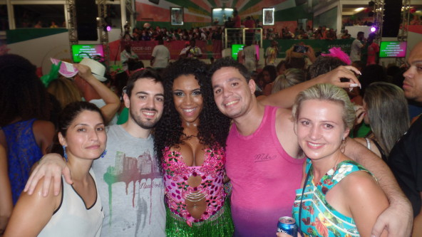 Students with Rainha de bateria.