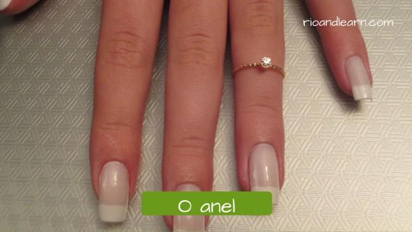 Vocabulário de Acessórios em Português: O anel. Anel de falange fino de ouro com pequena pedra de diamante.