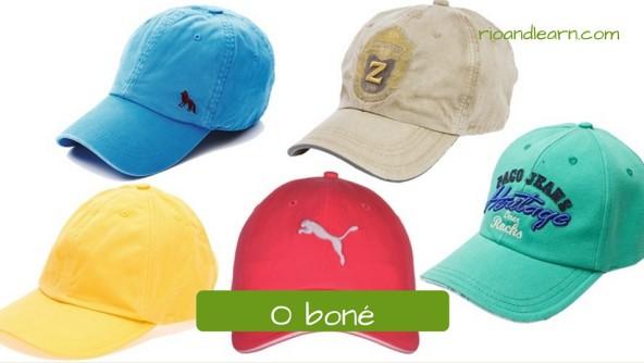 Vocabulário de Acessórios em Português: O boné. Boné aba curva estilo jogador de beisebol de diferentes cores. O boné é uma excelente acessório para proteger contra o sol.
