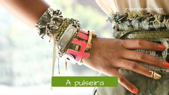 Vocabulário de Acessórios para mulheres: A pulseira. Conjunto de pulseiras de prata, ouro ou bijuteria.