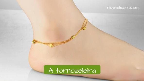 Vocabulário de Acessórios femininos: A tornozeleira. Tornozeleira de ouro muito discreta com pequenas bolinhas.