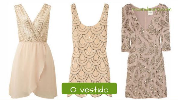 Vocabulario de Ropas de mujer en Portugués. El vestido: O vestido. Conjunto de tres vestidos de color beis con detalles dorados y plateados.
