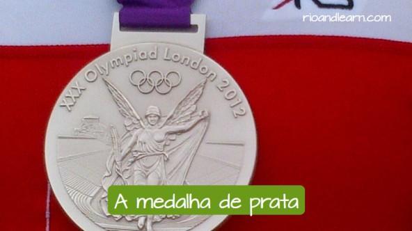 La medalla de plata: A Medalha de prata.