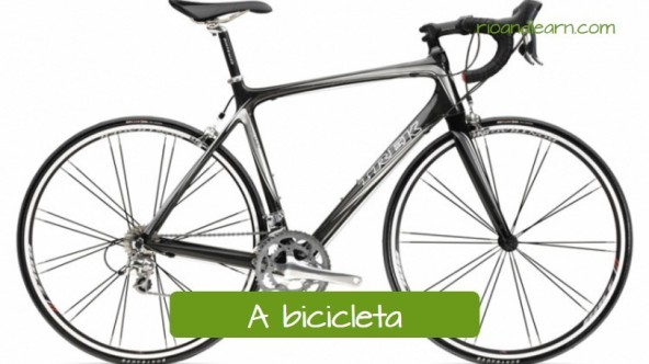 Equipments for Cycling in Portuguese: A bicicleta. Bicicleta para ciclismo preta e prata com selim alto.