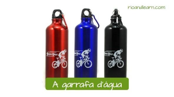 Vocabulario de ciclismo en portugués. La botella de agua: A garrafa d'água. Tres botellas de agua para ciclismo de colores rojo, azul y negro.