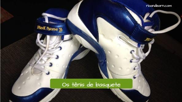 Uniforme de baloncesto en portugués. Las botas de baloncesto: Os tênis de basquete.