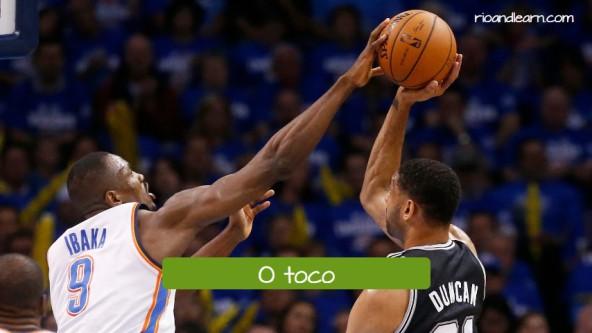 El tapón de baloncesto en portugués: o toco.