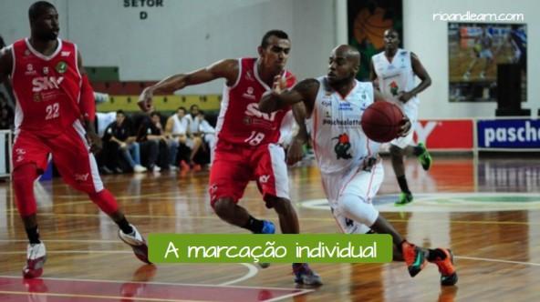 Tipos de defensa de baloncesto en portugués. La defensa individual: a marcação individual.