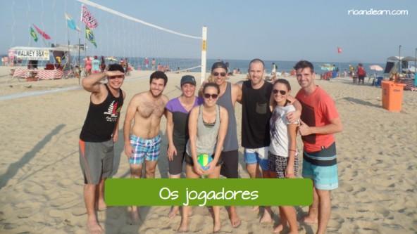 The beach volley players in Portuguese: Os jogadores de vôlei de praia.