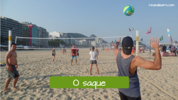 Vocabulary of moves at a beach volleyball match. The serve: O saque.