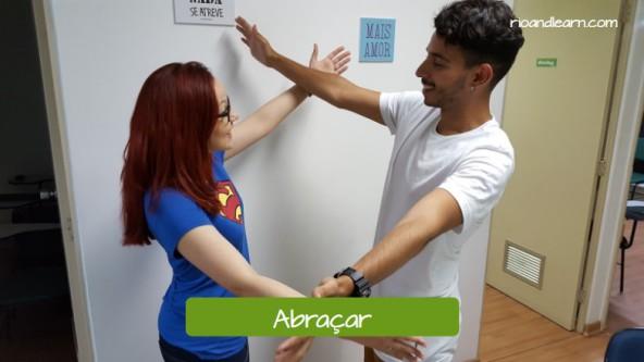 Formas de cumprimentar um Brasileiro. Abraçar