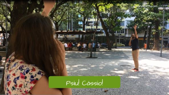 Ejemplo de uso de psiu en portugués: Llamar a alguien, avisarle. Ejemplo: Psiu! Cássio!