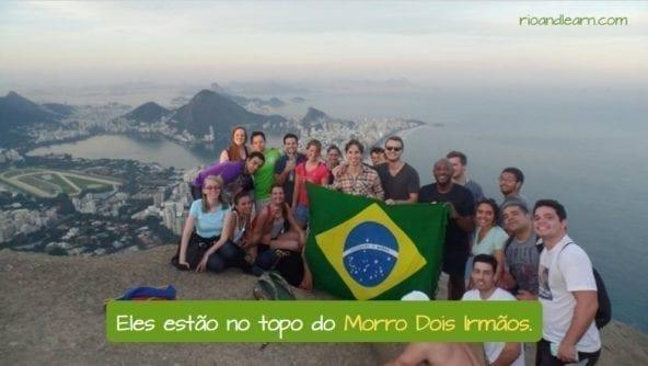 O que é um morro em Português. Eles estão no topo do Morro Dois Irmãos.
