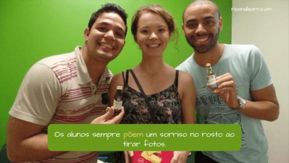 Pôr conjugation in Portuguese. Os alunos sempre põem um sorriso no rosto ao tirar fotos.