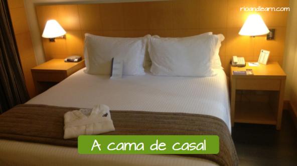 La cama de matrimonio en portugués: A cama de casal.